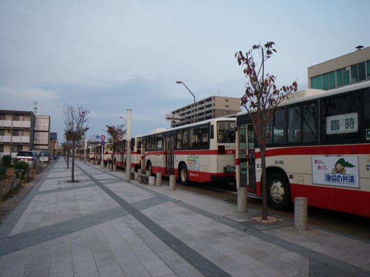 待機する臨時バスの群れ♪