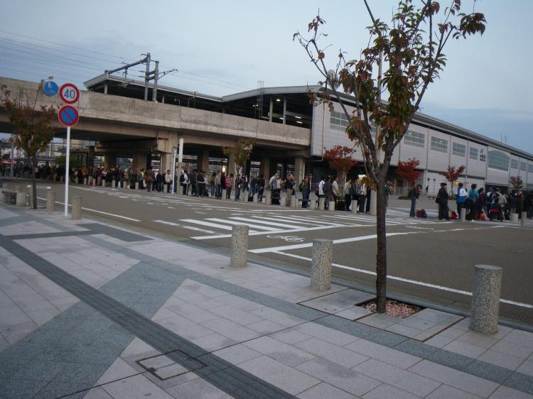 バス待ちの行列を横目に、出発〜♪