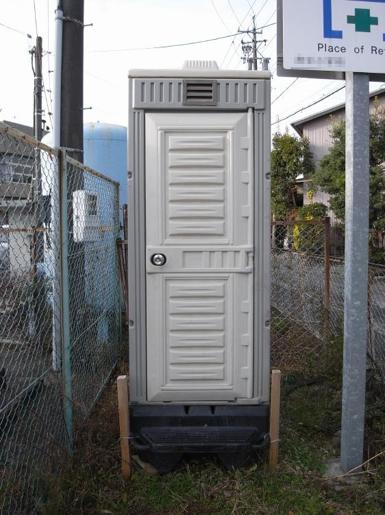 前方から見た仮設トイレ全景♪