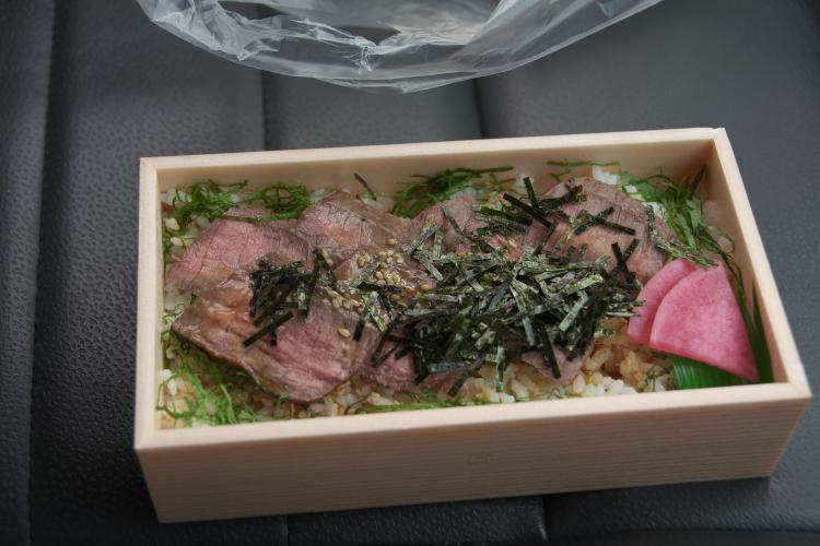 近江牛ステーキ重 (現実)♪